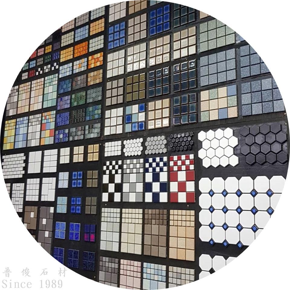 適用於各種地方的馬賽克磁磚,有各種樣式及尺寸,還富有多元材質如玻璃、金屬等等充滿變化,是不可或缺的建材之一。
